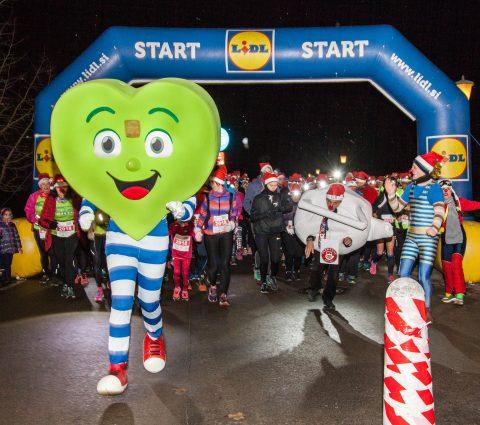 Na dogodku se je kljub mrazu zbralo skoraj 600 pohodnikov in tekačev.