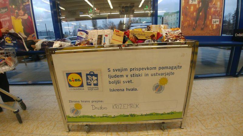 Zbiranje hrane za ljudi v stiski je eden izmed družbeno odgovornih ukrepov, ki jih izvajamo v okviru naše trajnostne pobude Ustvarimo boljši svet.